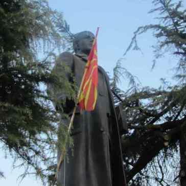 Skopje Fahnenmann klein