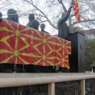 Skopje Statue Fahne klein