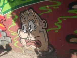 Mostar Street Art Uni zerknirscht