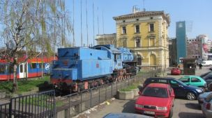 Blog BG Bahnhof Lok v hinten mit Gebäude