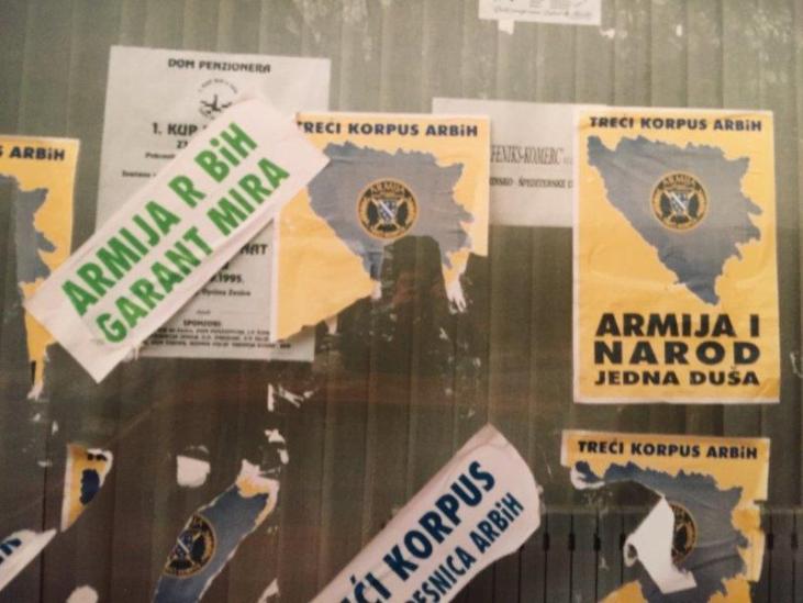 """""""Die Armee der Republik Bosnien und Herzegowina - Garant des Friedens"""" und """"Die Armee und das Volk""""- Eine Seele. Plakate in Zenice 1995"""