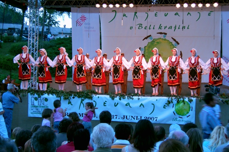 Folkgruppe Bitola Von ​Wikipedia Benutzer PetarM, CC BY-SA 3.0, https://commons.wikimedia.org/w/index.php?curid=8392679
