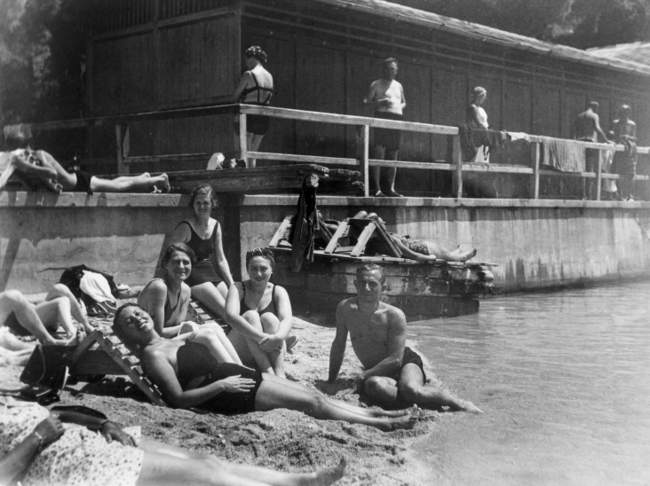 Frauen am Strand in den 1930ern in Jugoslawien: Von FOTO:FORTEPAN / MZSL/Ofner Károly, CC BY-SA 3.0, https://commons.wikimedia.org/w/index.php?curid=49841695
